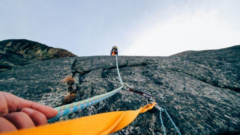 Hvordan overkomme frykten for å falle under klatring